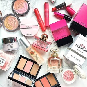 Tonnes of pink to help you stave off the potential Tuesday blues~ hope you had a much better long weekend than I did (with that sprained neck 😅). - - - #millebeaute #mamonde #mamondesg #maccosmetics #etudehousesg #byterry #bobbibrown #bobbibrownsg #guerlain #guerlainsg #ferragamo #fragrance #perfume #blush #bbcushion #clozette #beautystash #makeupstash #makeuphoarder #monguerlain #crabtreeevelyn #luxurybeauty #bisousbisous #blush #laneigesg #lipstick