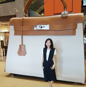 Lusting over the @hermes Kelly bag? Now there's a huge lifesize one right here at takashimaya.  The exciting part is actually sitting inside the  #kellydoscope! It was so fun to view things from the Kelly's perspective! Go for the ride!! 🤗  #hermes #kellybag #clozette #ootd #ootdsg #citizenootd