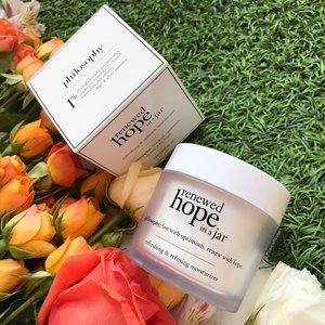 How can you not want the jumbo size @lovephilosophy #hopeinajar? The #renewedhopeinajar Is 120ml of a very capable #antiaging #moisturizer, with #glycolicacid in the ingredients list, so it really works as a chemical exfoliant to help skin turnover. I do love my glycolic acid, so I'm all over this for night use!  ___________________ #clozette #beauty #skincare #skincareaddict #skincareaddict #skincarejunkie #skincareroutine #beautyblogger #beautyaddict #bbloggers #philosophy #philosophyskincare #philosophysg #lovephilosophy #flatlay #flowers #nofilter #igbeauty #igskincare #instaskincare #instabeauty #iphoneonly #beautyjunkie