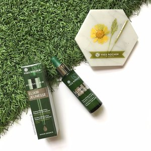 If you like #naturalskincare, you'll probably like @yvesrochersg new reformulated #elixirjeunesse #doubleactionessence, their trademark #antiageing #essence. The new formula is a lightweight essence with humectant properties, and also has #aloevera leaf juice as the second ingredient, so for those who like plant-derived ingredients, you might like this! There are also a couple of other plant extracts pretty high up the ingredients list as well, and a small amount of alcohol further down the ingredients list. #clozette #beauty #skincare