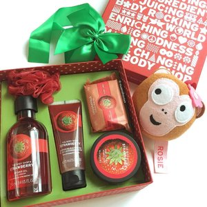 Love strawberries? Rosie the monkey is totally ogling my @thebodyshopsg Strawberry set, which has a few #bathandbody #skincare products, including #soap, #showergel, #bodybutter, and #bodyscrub! If you love sweet scents this is a good set to get. #Clozette #beauty