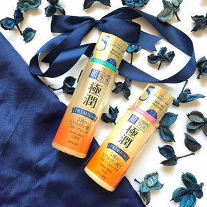 [INGREDIENTS LOWDOWN] The @hadalabosg Super #HyaluronicAcid Premium #lotion and Milk are pretty good if you want something solidly moisturizing, i.e. that has a combination of both humectants and emollients. The Lotion is the lighter-textured product with a bunch of humectants like glycerin, urea, and of course the hyaluronic acid the brand is famous for having. I was told some of the smallest chain lengths of HA are only available in #hadalabo products, so that's cool. The Milk has a combination of humectants and emollients, although I did notice mineral oil was one of the ingredients on the list despite the range claiming to be mineral oil free. Anyway I'm checking in with the brand because sometimes things get lost in translation - you'll hear when I get an update! In the meantime, I think these make good options for drier skin.  __________________________ #clozette #beauty #hadalabosg #hadalabopremium #skincare #skincareaddict #skincareroutine #abcommunity #ABbloggers #rasianbeauty #asianbeauty #asianskincare #japanesebeauty #japaneseskincare #drugstorebeauty #drugstoreproducts #drugstoreskincare #budgetfriendly #cosme #igbeauty #igskincare #ingredientsmatter #ingredients #instabeauty #instaskincare #beautyaddict #beautyblogger