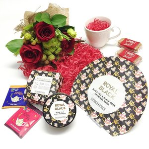 #roses + #tea + #skincare = really awesome @thefaceshop_sg x @dearpacker products! I have a black tea and black rose hydrogel #sheetmask and #facemask, which both provide #hydration and #antioxidant benefit to skin. Also you gotta love the #rose #bouquet and the @lotusbiscoff #biscuits and the @englishteashop #teabags! #Clozette #beauty
