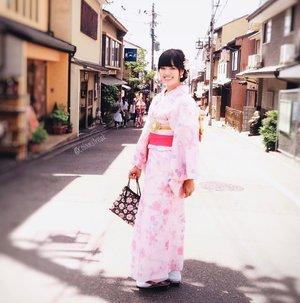 A common sight in Kyoto 👘#kimonogirl #kimonorental #kimonoday #ootd #lookbook #wiwt #kyoto #kyototravel #kyotojapan #japantravel #japanloverme #japanphotography #clozette #allitravel #travel #travelasia #travelgram #travelstoke #wanderlust #olympuspenf #vscotravel #latergram