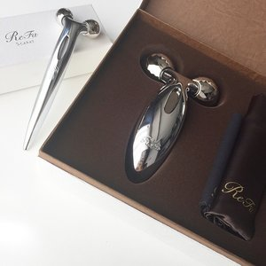 Thank you @touchprandevents and @mtgsingapore for these wonderful products! Newest addition to the Refa series would be the ReFa S which have similar working mechanism as the ReFa Carat but it's smaller diamond like rollers would be better to focus on areas such as laugh lines at side of the mouth and forehead, eyes, temples and ofcourse better to achieve the V jaw line. The ReFa S rollers are created to feel like fingertips that massages the face really well! The space between the two rollers fits perfectly 😍 for my jawline and temples. I also roll it across my forehead and its ultra comfortable!! So good that I fell asleep much faster than usual. I even use it on my hubby and he too feels that it's so comfortable 😆. Theses babies are a must have! I brought the ReFa Carat myself and I think it's one of the best investment I have ever made. I even recommended a few of my friends to get them and I believe they are loving it as much as I do. Now I use the ReFa S on my face and the ReFa Carat on my body. Psst: The kind folks at #mtgsingapore has decided to lower their prices and match the prices in Japan!! 😍😍 so now it's the same price as buying it in Japan! #mtg #mtgsingapore #mtgasia #refacarat #refacaratS #japan #japanese #clozette #mtgsgPrice: ReFa Carat S $220, ReFa Carat $299 available at Takashimaya L1 and www.mtg-sg.com
