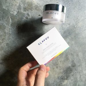 🦁🦁🦁 Following yesterday's post, the next product from the NEW K-Beauty brand, KLAVUU, that I would like to share with you guys is their White Pearlstation Completed Revitalizing Pearl Eye Cream.  This glutinous-ish eye cream feels rich initially when applied but forms a light protective film once you massaged it onto the delicate eye area. This nutritious dual functional product claims to brighten and treat wrinkles as it works to also reduce moisture loss, keeping the eye area smooth and illuminated.  Featured ingredients include: • Glycerin • Pearl extract • Macadamia nut oil • Green seaweed • Green algae • Kelp • Brown algae • Red algae • Sea whip • Chlorella • Spirulina • Adenosine • Arginine • Ceramide-3 • Phytosphingosine  Retails for 58,000₩ /20ml  Note: Contains dimethicone and fragrance  #KLAVUU #KLAVUUsg #WhitePearlstation #Clozette #ClozetteSG #skincare #SponsoredProduct
