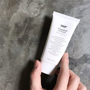 """🦁🦁🦁 Possible dupe!! When I first applied this 【XOY Grapefruit Sun Cream SPF50+ PA++++】on my face, the immediate gel-to-water texture reminded me so much of Bioré UV Aqua Rich Watery Essence -- in terms of texture and smell. Performance wise, I find the XOY one much more hydrating. . According to the brand, this sun cream contains an antioxidant-rich Superfood 11 Complex to help protect, repair and strengthen the skin. These superfoods include Grapefruit, Oat, Green Tea, Garlic Bulb, Brazil Nut, Broccoli, Blueberry, Spinach, Salmon Egg, Wine and Tomato. Besides providing high amount of antioxidants, vitamins and minerals, it also helps whiten and brighten the complexion naturally. I especially love that it lends a gentle cooling effect when freshly applied! . Compared with typical """"overachieving, all powerful"""" sun screens out there, this Grapefruit Sun Cream is surprisingly hydrating without heaviness, and it absorbs and mattifies without much user effort. . At ₩25,000 /50ml, I am going to save it for good days when I am not working and am just going out to hang, play or party. I will be slowly reviewing and featuring some of their other products too so stay tuned! In the mean time, do check them out at @xoybeauty and @xoy_life"""