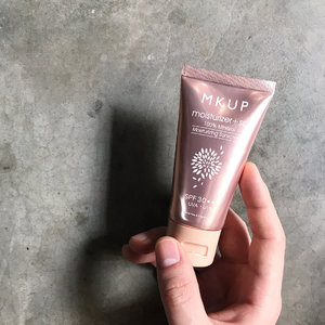 🦁🦁🦁 While I get myself familiarized with the skincare goodies shared in my unboxing video yesterday, I want to share with you guys the 【MKUP 100% Mineral Moisturizing Sunscreen SPF30 PA+++】an item that is part of what I now call the magical base combination (Slide 10 shows why). --------------------------------- What it is: Essentially a tinted moisturizer with SPF30 PA+++ sunscreen of 10% Titanium Dioxide and 1.8% Zinc Oxide. Free of fragrance and alcohol, this beautiful rose gold tube contains water boosting Hyaluronic acid and antioxidant Vitamin E to keep skin hydrated and happy. Claims to be help even out complexion, cover imperfections and control excessive sebum to retain/present a natural glow. --------------------------------- Well, while I agree with most claims, the concealing of imperfections is definitely something meant for those with near flawless complexion. Those of us with pimples, pigmentations and/or marks would require additional concealer and/or foundation. However, since this is lightweight and pairs very nicely underneath the brand's own CC cream and other brand's base product, I think this is a good additional protective barrier to have. Comfortable for my combination skin, drier skin may need additional hydration before this. Having no scent to speak of, it spreads and blend easily into the skin is one of its selling point. Definitely a keeper in our all-year-round humid and hot climate. . Thank you @MKUP_sg for this Moisturizer + Sunscreen! For those of you who are interested to find out more, do head on over to their FB/IG as well as their website on ohwow.sg.