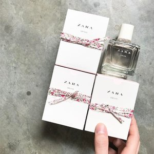 🦁🦁🦁 In what can only be described as sweet, delightful, fruity and playful, the scent profile for the 【Zara Orchid Eau De Parfum Summer Collection 2017】is really one that captivated my heart from the first spritz! So addictive I had return to purchase 2 more boxes just in case it sells out! . On their website, the Orchid EDP is characterized as a Floral scent with ingredients such as Bergamot, Blackcurrant, Lily of the Valley, Peach, Cedar wood and Musk. If you need another literal perfume to compare it with, then i will say it reminds me so much of the Bombshell EDP from Victoria Secret. . The Orchid Eau de Parfum retails for $17.90/100ml with a leather holder edition retailing for $25.90 of the same size