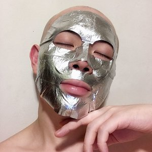 🦁🦁🦁 Did you guys know that @mediheal_official also have foil masks now? I got both the #Waterful in silver, and #Whiteful in Gold. On me I have on the 【Mediheal AirGuard Foilab Mask Waterful】 . First thing first, do note that this mask does not come with a protective film so the sheet that you take out is indeed the sheet mask already. The outer layer (foil) is a 'TPU film', the middle layer has got Silver Pearl Powder, while the last layer - the layer that lies on your skin - is a soft cotton material. This mask adheres well on the skin and not as stiff as I thought it would be, but not as comfy as what you would feel with a hydrogel or cotton sheet mask. Acceptable to say the least. . In terms of effect, the hydration was decent. But what draws me to this mask is that it contains 70% Bifida Ferment Filtrate! So I am going to keep using this for its brightening, moisturizing and healing benefits! Also, swipe right and check out the ingredient list!