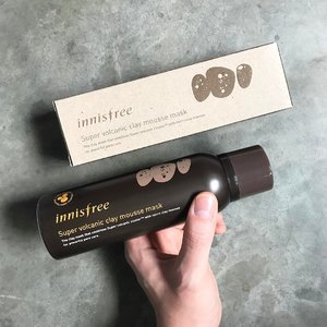 🦁🦁🦁Raise your hand if the 【Innisfree Super Volcanic Clay Mousse Mask】is also one of your troubled-skin savior too 🙋🏻‍♂️.This is the new improved version with a creamy mousse texture in a pump bottle. Same pore refining & purifying qualities without the pulling and tugging when removing. That is what makes this mousse mask a godsend..Aside from the usual Kaolin clay and Bentonite, the brand's own Super Volcanic Cluster™, Willow Bark, Lactic acid, Walnut shell powder and a bunch of other botanical extracts are found in the formula too. Extremely beneficial for combination/oily skin, there is also another option meant for normal/dry skin users.