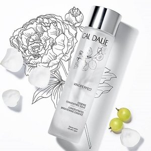 🦁🦁🦁 The latest brand to join in the 'First Essence' bandwagon is French beauty brand, Caudalíe, with its Vinoperfect Concentrated Brightening Essence. . Super light, watery and refreshing, this first essence sweeps away dead skin cells and preps the skin to absorb any other skin care products next, maximizing its efficacy and potency. Pair this essence with the Vinoperfect Radiance Serum to optimize the brightening and anti-dark spot treatment. Suitable for all skin type, for both morning and night use. Swipe left to see some of the highlighted ingredients. . Caudalíe Vinoperfect Concentrated Brightening Essence now available at all Sephora Singapore stores.