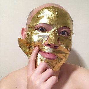 "🦁🦁🦁 Just me holding the gold mask up because it's too precious....not! Let's just say the mask essence of this【Faith in Face Signature Gold Mask】is a tad too slippery to sit neatly on the face. Good and bad. . The foil material traps the mask essence made up of Brown Algae, Fireweed, Gold, CoEnzyme Q10 and Little Hogweed, delivering intensive nourishment, balance oil and moisture level, smoothen skin texture, and restores glowing complexion. . I feel that the mask does a decent job in hydration but falls short on the ""glowing complexion"". This is a fun mask to wear, but not the mask to wear if you expect a radiance the next day."