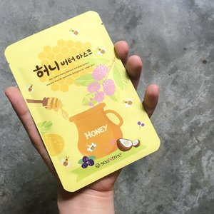 🦁🦁🦁 Still obsessed over those Honey Butter Nuts? That's sOoooo passé already! Now, it is time to get cray-cray over these Honey butter sheet masks! . I have this NEW 【SeaNtree Honey Butter Mask】made with Glycerin, Jeju Island Honey, Propolis, Blueberry, Shea Butter, Acai Berry. Arginine, Allantoin, Sodium Hyaluronate, and a bunch of other botanical extracts. They even added in the Perilla Leaf, something that's rather uncommon in skin care products. Weeeeeee!! . . . . . #Seatree #SeatreeSG #SeaNtree #HoneyButterSheetMask #HoneyButterMask #SheetMask #Clozette #Skincare