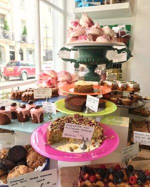 Inspired by @shelbybisou's  walks around #London., I went back to my old neighbourhood #Belgravia. • • Have you seen my latest vlog? Link in bio. xoxoRomana 💋 • • #MyRomana #clozette #ottolenghi #MyRomanaLondon #cake #dessert #cafe #travel #wanderlust #igers #igersmalaysia #vlog #londonlife #thiislondon #prettycitylondon