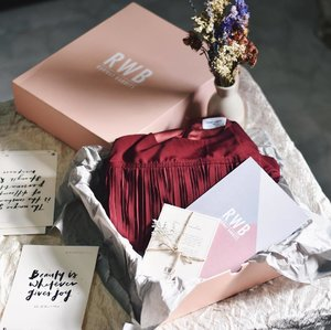 GIVEAWAY!!🎉🎉 Together with @runwaybandits, I will be giving away this gorgeous gift box with the Herman Dress in Red (the dress that I wore in my previous IG post) to 1 lucky winner so that you can wear it to your Christmas or any Year End parties!!!! Here's what you've to do to win _____________________________________________________________________ 1. Follow @runwaybandits and @cforcassan 2. Like this pic and the previous #ootd pic (the one which I was in the red dress) 2. Tag 3 friends in the comments section below! _____________________________________________________________________ Giveaway will end on Thursday, 22/12 and 1 lucky winner will be chosen! Heh, don't we all love Christmas? 🎄✨ #runwaybandits #RWBDays #clozette #ootd #sgcontest