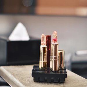 Obsessing over the cutest lipsticks from @kailijumei.sg 😍 especially when there are flower petals and gold flakes in them 🌷 #kailijumei #clozette #cassanadverts