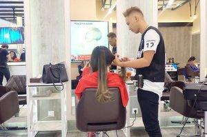 Getting my hair styled by @irwanteamhairdesign staff 😚 . . . . Yg penasaran aku cutting or coloring yuk cek post terbaru aku.  Link on my bio profile! ❤️ . . . . Thanks partner @clozetteid @irwanteamhairdesign #clozetteid #clozette #clozetteIDxIrwanTeam #irwanteamxclozetteidreview #kerastase #beautyblogger #beautynesia #beautynesiamember #blogger #styleblogger #asian #hair #haircrush #makeup #makeupjunkie #motd #hotd