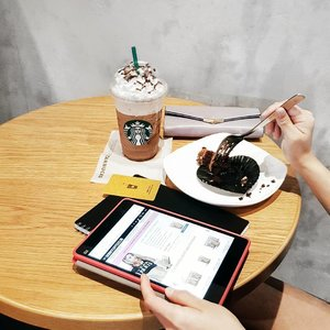 Chasing away Monday blues by sipping on my daily Starbucks (with free birthday month cake), while scrolling on @skinnycoffeeclub official website. Can't wait to receive my first pink coffee packet!