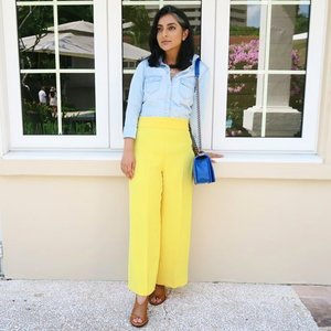 Monday blues with a splash of yellow. I've been trying to add more colour to my wardrobe, and these yellow pants are perfect! Styled them by keeping the rest of my look, including makeup, neutral.  Would you wear yellow pants? 📸 @ena_teo