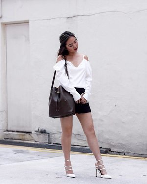 Sometimes, it's the colour of the interior that makes all the difference in a bag. Loving my super spacious Niko-Niko in Taupe from @sometimes_byasiandesigners. . Ari White V Neck Top that's perfect dressed up or down from @sonderthelabel's latest collection. | 📷: @fetishforshoes
