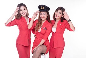 Come and fly with us ✈️ // 📸 : @ronmadphotography 🙎🏽♂️ . . . . . Interested to join a cabin crew prep course? DM me . . . #cabincrew #cabincrewgirls #groufie#wefie #flightcrew#flightattendant #flygirl#redskirt #asiangirls #flyhigh #photography #photoshoot #noweveryonecanfly #clozette