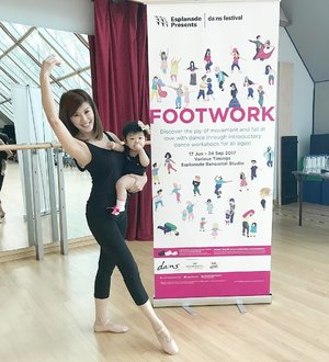 Rediscovered the joy of dance @esplanadesingapore It was such a heartwarming experience to share it with my 9mth old @chrisellefaithtay at our 1st babywearing ballet together. Encompassing passion, grace and inspiration, dance is a gift. And MummyC is glad to be able to share the joy of this gift together with you. Never too young to start. . . #babywearingballet #mumsandbabyballet #dainsfestival #footwork #wingstowingsdance #esplanadesingapore #lecinlurve #chrisellefaithtay #9monthsold