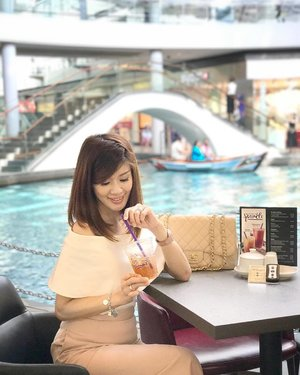 There's no better way to chill, unwind and watch the world go by with a fruity Mint Lime Sparkling Tea from @coffeebeansg I could get used to enjoying a picturesque view like this. .  #ChooseToSparkle #CoffeeBeanSG #TheShoppesMarinaBaySands #marinabaysands #lecinlurveadv