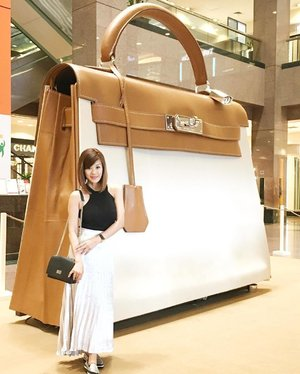 @Hermes ' super-sized Kelly🍊 is now on display at Ngee Ann City Atrium level 1 from 6 - 16 October'16. Catch a series of interactive short films discovering moments with the classic tote. Open to public. Admission is free. Thanks for the 💌 #kellydoscope #hermes #lecinlurve #clozette
