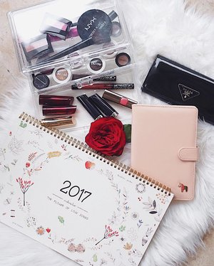 GIVEAWAY POST! 🗓  I'm giving away a 2017 monthly illustration calendar & pink planner! Yasss I know it's already 1.5 months into 2017 but it's never too late to get organised for the rest of the year!  All you need to do is follow me & let me know why you want to win this set of giveaway products! I'll be picking the winner on 22th Feb, 2359!  #Clozette #sgcontest #sggiveaway