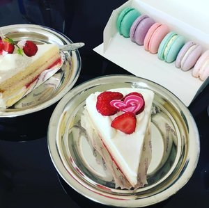 Sweet Treats! 🍰  @annabellapatisserie @chateraise.singapore #annabellapastisserie #macarons #chateraiselegendaryfreshcreamcake #chateraise