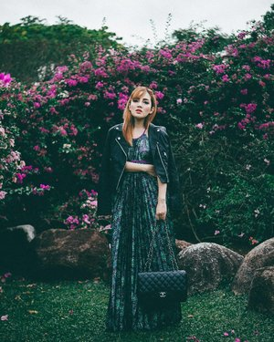 Monday: nothing a new bag can't fix. What's even better, I can get spotted with a new #armswag every week with @luxeforlease, and look on point at different occasions. I gave this elegant pleated maxi dress a little edge by throwing on a biker jacket, paired with this #Chanel Classic Jumbo. The finishing touch? A power pose ❤. #smartgirlsrent #lessformore #guiltfreeindulgence #pleatation #iamcompleat #xsharmineshoots📷: @xsharmine