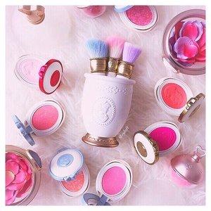 Ultimately, my favourites. #shopaholic #kbeauty #blusher #rose #hokkaido #haul #japan #igsg #clozetter #clozette #flatlay #beauty #beautyblog #makeup #beautyblogger #blogger #fashionblogger #sapporo