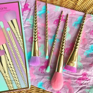You know everything's bright and beautiful when you have unicorn brushes right in front of you! 🦄 Loving how exquisite and fluffy these @tartecosmetics Magic Wand Brush Set brushes are! 🎀🌈💓 #Clozette #makeup