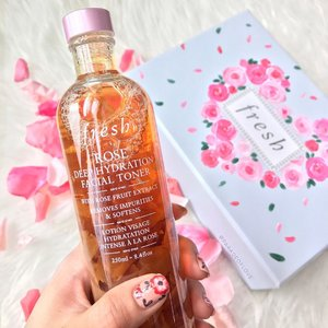 It's all rosy when you have quality #skincare right beside you! 🌹 @freshbeauty launches its NEW Rose Deep Hydration Facial Toner with rose fruit extract and real rose petals! Rose is one of my favourite blooms so I'm especially attracted to this! Smells good and it's really refreshing and hydrating 😍😘 Swipe to see the rose petals floating inside! #clozette