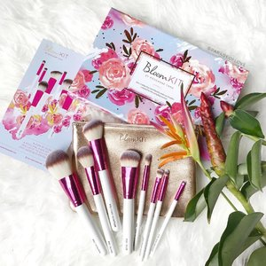 Blooming into Sunday with gorgeous brushes from @bloomkit 🌷Super soft, and I love the pink ferrules 💕 Happy weekends! - - - #clozette #pink #bloomkit #makeuptalk #makeupmess #makeuppicks #makeuplover #makeupjunkie #makeupaddict #beautyaddict #makeupobsessed  #beautyjunkie #wakeupandmakeup #igsg #igsgbeauty #beautybloggersg #slave2beauty #instabeauty #instadaily #makeupbrushes #brushes