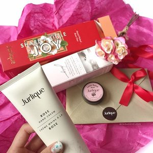 A perfect stocking stuffer for this Christmas! The @jurliquesg Hand Picked Rose Duo Set features #Jurlique's signature rose scent that smells so calming and soothing. With a hand cream and a lip balm, this set will serve to pamper whoever you gift it to! 🌹 Check in-stores for more #Christmas gift ideas! #Clozette #skincare