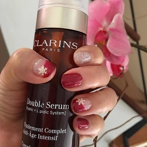 3 days to Christmas and I can check festive nails off my list. Glowing skin ✔️ too with nightly application of Clarins Double Serum #clozette #clarinssg #clarins