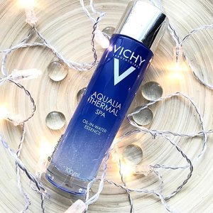 💆🏻Pampering session tonight with #Vichysg NEW Aqualia Thermal Spa Oil-In-Water Essence... ✨Specially formulated to rebuild our damaged skin's protective barrier, also known as the hydrolipidic film, the essence contains a blend of Vichy pH Balancing Thermal Water, Hyaluronic Acid, Glycerin & an oil version of Squalane (extracted from olives used to reinforce skin's barrier) & Vit E (repairs damage from free radicals)... 💥Retailing for SGD52, Vichy New Aqualia Thermal Spa Oil-In-Water Essence are already available at leading pharmacies like @Watsonssg, @Guardian_Singapore, Unity & selected hospital pharmacies! #clozette (If you look closely, you can see little oil droplets in the essence 💦)