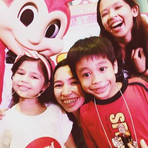 #ProudJollyKid here with Xia and her super cute campaign with Jollibee ❤️ The best talaga yung spaghetti hindi ko alam bakit ako naluha. Memories of childhood.  #mommybloggerph #beautybloggerph #clozette #clozetteco