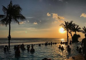 Made it to the weekend 🌅 #finally • • • #carinnxtravel #sunset #bali #potatoheadbeachclub #throwback #clozette