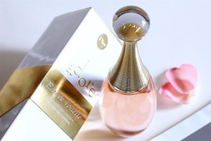 ~~we love that golden bottle neck and how this makes us feel, the new Eau Lumière J'adore EDT~~ read all about it via our new blog post, up now!~~ #clubinstagram #instagood #instamood #lifestyleblogger #bblogger #lifestyle #beauty #luxury #dior #fragrance #jadore #eaudetoilette #eaulumiere #stilllife #eaulumière #gold #LightOfGold #thatsdarling #flashesofdelight #thehappynow #abmlifeiscolorful #love #clozette #lumilovesbeauty #pink #rosepetals