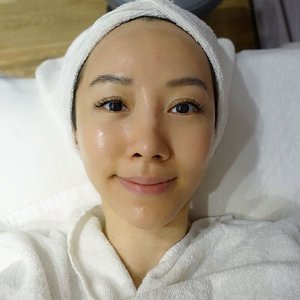 [Beauty/Lifestyle Review] I am now a diehard fan of HydraFacial treatment.  Just a few weeks ago, I was experiencing an outbreak of pimples due to hormonal changes and I totally freaked out and contacted @drgerardee immediately. He was super nice to ask me to drop by his clinic @cliffordaesthetics asap.  To be frank, I was pretty skeptical when Dr Ee asked me to try HydraFacial as I was thinking, 'How the hell can facial help with my skin condition?!' 🤔 But just take a look at this photo taken after HydraFacial Treatment... no editing done at all. I was surprised that my skin took on a radiant glow and looked so clean. 🙀🙀 Read my experience with HydraFacial Treatment on my blog by clicking the link in my profile to know why I ❤️️it so much now. . . . #hydrafacial #cliffordaesthetics #skincare #skindoctor #skin #facialtreatment #facial  #imageconsultant #instasg #potd #igers #singapore #fashion #lifestyleblogger #clozette #starclozetter #sgblogger #fashionblogger #beautyblogger #lifestyle #picoftheday #sg #stylexstyle #travelblogger #iamtb #fashionstylist