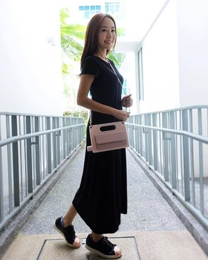 [Media Drop/Lifestyle Review]  This has gotta be the most interesting handbag I have ever seen. 💪  @aquapurse hybrid handbag is actually a water bottle and purse combined together. Wow… Now I won't need to go thirsty when I am out and about with my cute baby pink #aquapurse handbag while keeping my money and credit cards in the detachable purse.  What a wonderful innovation!🙀 Thanks @aquapurse for sending this all the way from Australia! 🙏 . . . .  Ootd by @uniqlosg . . . . #SonyRX #SonyRXMoments #SonySG_RX #RXthroughmyeyes #SonyRX100M3 . . . . . . . . . . . . . . . . #ootd #wiwt #ootdcampaign #ootdsg #instastyle #handbag #purse #waterbottle . . . . . . . . #imageconsultant #singapore #fashion #lifestyleblogger #clozette #sgblogger #fashionblogger #beautyblogger #lifestyle #picoftheday #sg #stylexstyle #travelblogger #fashionstylist
