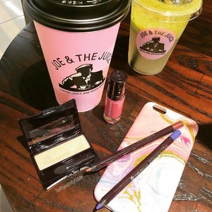 Just chilling at @joeandthejuicesingapore with a Pink Latte and with some great deals from @yvesrochersg! 20% off makeup items and their stuff are great quality for the price point. 👍🏼#nonsponsored  #clozette #makeup