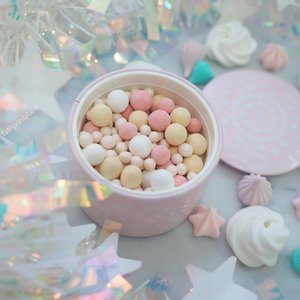 💖Happy Mothers' Day to all mothers out there, and may everyone had a great family day today! - @guerlainsg Guerlain Meteorites Birthday Candle Pearls ('17 Summer LE) is a beautiful piece, even my mom will appreciate. ✨ - Despite its beauty, I still had some rants. Haha! Check out my #stories for more!  #clozette #guerlainmeteorites #limitededition #makeupmess