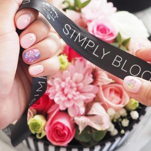 Fresh start of the week with fresh manicure and fresh blooms! - Thank you @etudehousesingapore @nibi0310 and @simply__blooms for making my day! #mondaynoblues #onlypink  #clozette #nailporn #fleurs #faithyXEtudenails