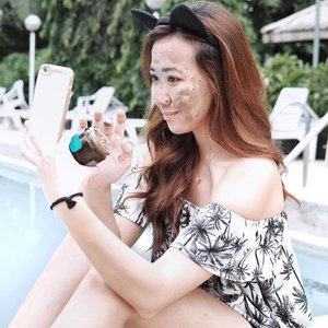 Caption: My way of relieving stress after a tiring week? I #DareToMask and get my glow on with @thebodyshopph's Himalayan Charcoal Mask while applying it in the clubhouse pool. Who knew they'd go together so well? Even though people are looking at me in a weird way… Haha! #clozette #clozetteco #TheBodyShopPh