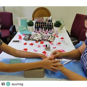 Whether it's to boost your team's mood or morale with some in-office pampering, team bonding, or an impromptu beauty treatment for teammates, we've got your nail and beauty needs covered! [Nails: @auumsg, collaboration partner]  Email hello@auumthehonestnailspa.com today to arrange a package for your coworkers; they'll be glad you did!  #office #sgbeauty #igbeauty #igsg #sgig #beauty #glam #nails #vegan #ecofriendly #crueltyfree #pregnantfriendly #sgoffice #officelady #ladies #ladieswholunch #teambuilding #glamsession #pamper #pampering #beautypackage #clozette #makeup #makeuplover #mua #sgmua #muasg #corporatediscounts #womenofpower #officespa