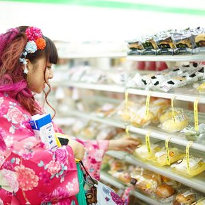 K O N B I N I ; Caught red handed being an aunty at the convenience store even in a kimono lolol 🌚🌚I live for the food/snacks at convenience stores in Japan 😍 who else feels the same? Hope everyone's Wednesday went well 😛😛 and omg just realised we are half way through with 2017 SAY WHAAAAAT 😱@greytan1 #clozette #greyvantravels #japan #kyoto #auntiemode #wanderlust #travelpics #travelogue #throwback #potd #sgootd